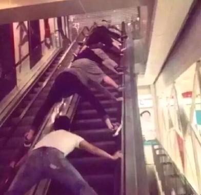 ステップや床を踏まない乗り方が話題(画像はウェイボーから)