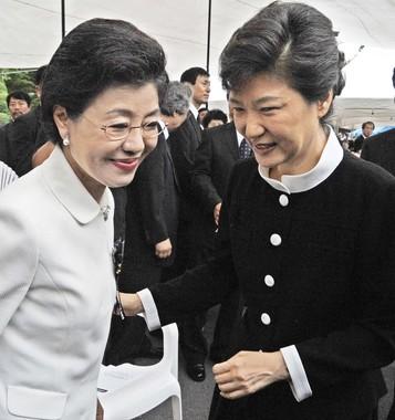 朴槿恵大統領(右)と妹の朴槿令氏(左)の対日姿勢は大きく異なる。写真は08年8月に撮影された(写真:Newsbank/KPG/アフロ)