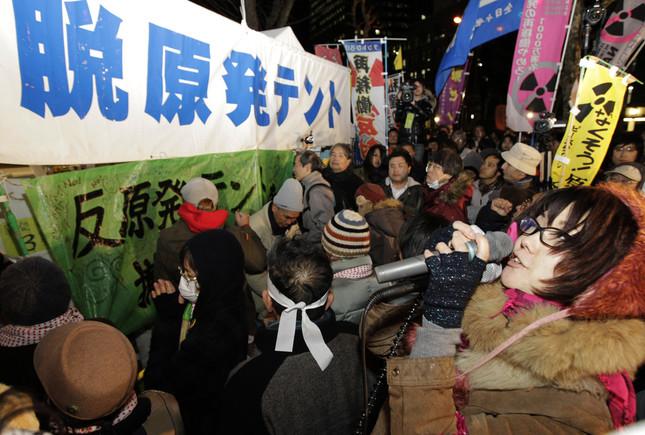 テント前ではたびたび抗議活動が展開されてきた(写真:AP/アフロ)