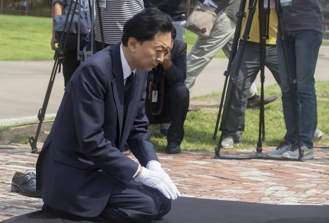 西大門刑務所跡地の記念碑を前にひざまづいて頭を下げる鳩山由紀夫元首相(写真:Lee Jae-Won/アフロ)
