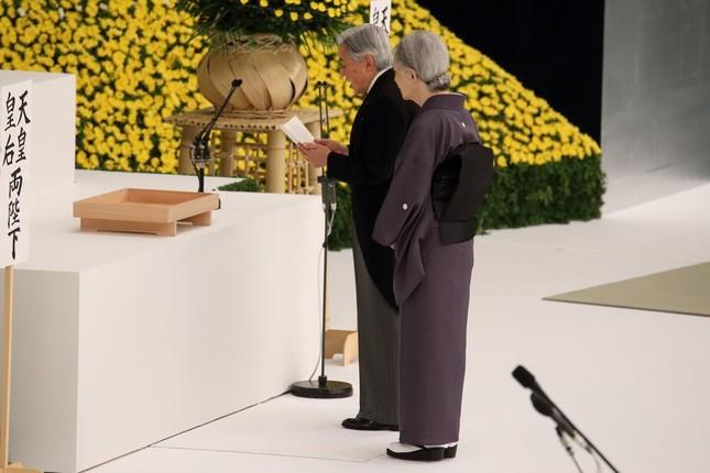 全国戦没者追悼式で「お言葉」を述べる天皇陛下(奥)