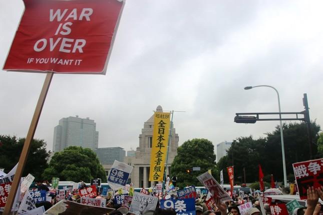多くの人で埋め尽くされた国会前(8月30日午後3時ごろ、J-CASTニュース編集部撮影)