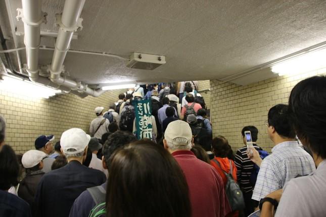 永田町駅構内。あまりの人の多さに、階段でなかなか先に進めない