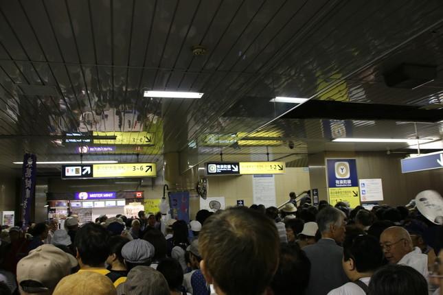 永田町駅構内。駅員が「立ち止まらないで!」と声を上げる