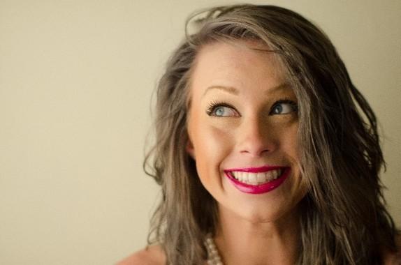 笑う時によく使われる筋肉を触って動かそう(写真はイメージ)