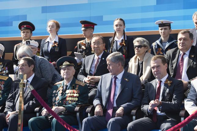 潘氏(中央)はモスクワの行事では軍事パレードを観覧した(UN Photo/Eskinder Debebe)
