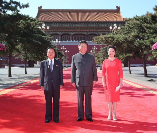 北朝鮮の崔竜海(チェ・リョンヘ)朝鮮労働党書記(左)と中国の習近平国家主席夫妻とのスリーショット。2015年9月3日の軍事パレードを前に撮影された。個別会談は実現しなかった模様だ(写真:新華社/アフロ)