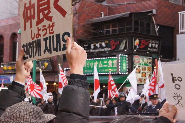 嫌韓デモは「ヘイトスピーチ」だという批判が根強く、デモに反対する運動も展開される