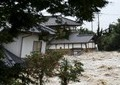 鬼怒川、堤防決壊で住宅街がのみこまれる ベランダや電柱にしがみつき救助待つ姿