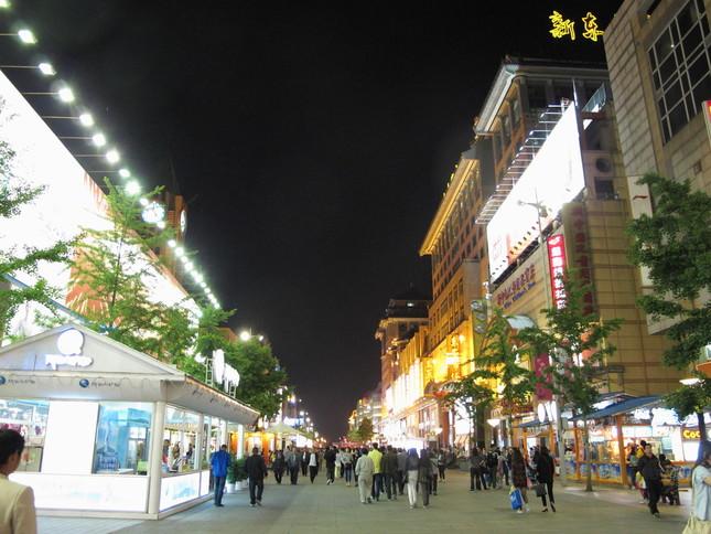 中国の消費者の日本製品へのイメージは改善している。写真は北京の繁華街、王府井