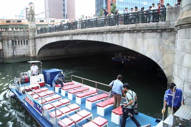 船は秋葉原を通る多くの人から注目を集めた