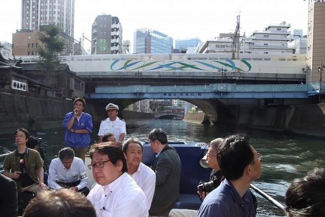 船は秋葉原の町並みを背に神田川を下った。橋の上には新幹線が見える