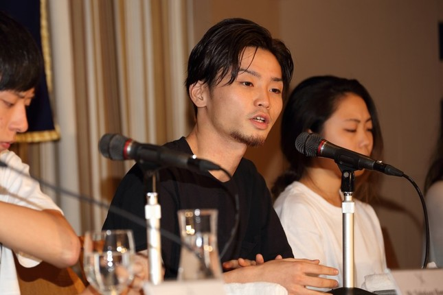 日本外国特派員協会で会見する「SEALDs(シールズ)」の中心メンバー、奥田愛基(あき)氏(中央)