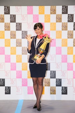 じゃんけん大会で初優勝した藤田奈那さん ©AKS