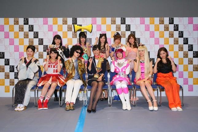 藤田さん(前列中央)は1996年12月28日生まれの18歳 (c)AKS