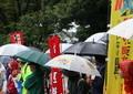 東京「土砂降り」、その時国会前デモは... 昼に目立ったのは高齢者の姿
