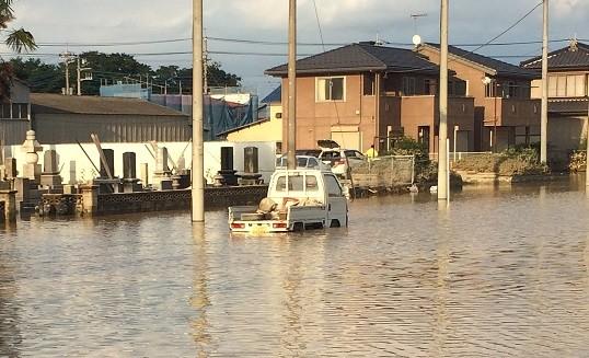 水没したハイブリット車に近づく前に、まず相談を!(写真は鬼怒川で水没した車 2015年09月12日に撮影)