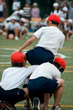 小学生の組体操、7段、10段は「危ない」…(写真はイメージ)