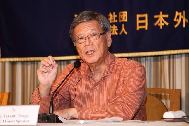 特派員協会で会見する沖縄県の翁長雄志知事
