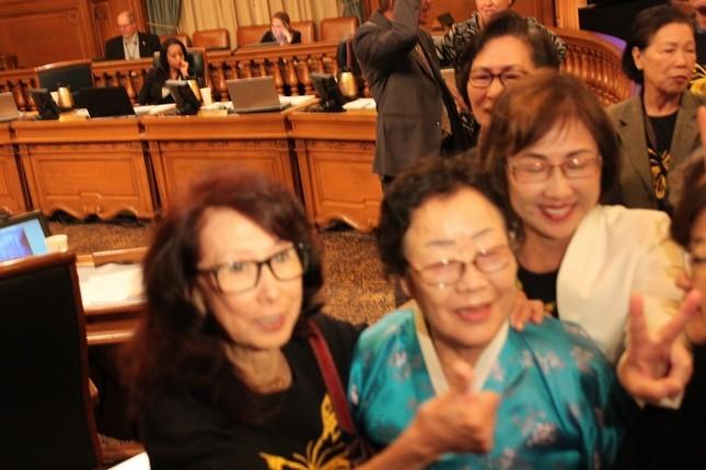 決議の採択後、元慰安婦の李容洙(イ・ヨンス)さん(中央)は喜びの声を上げた(Yonhap/アフロ)