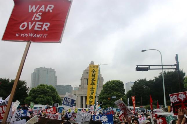 多くの人で埋め尽くされた国会前(8月30日J-CASTニュース編集部撮影)