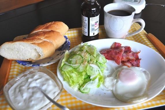 朝食にヨーグルト。最近は夕食時に食べる人も