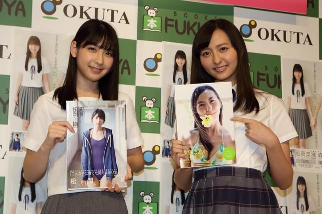 写真集を発売したHKT48の松岡菜摘さん(左)と森保まどかさん(右)