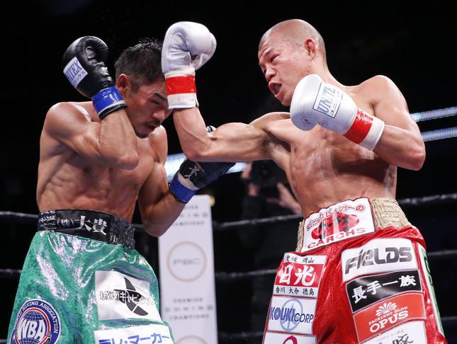 河野公平選手(左)と亀田興毅選手(右)(写真:AP/アフロ)