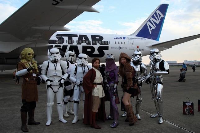 コスプレ姿の乗客が「R2-D2」特別塗装機の遊覧フライトを楽しんだ