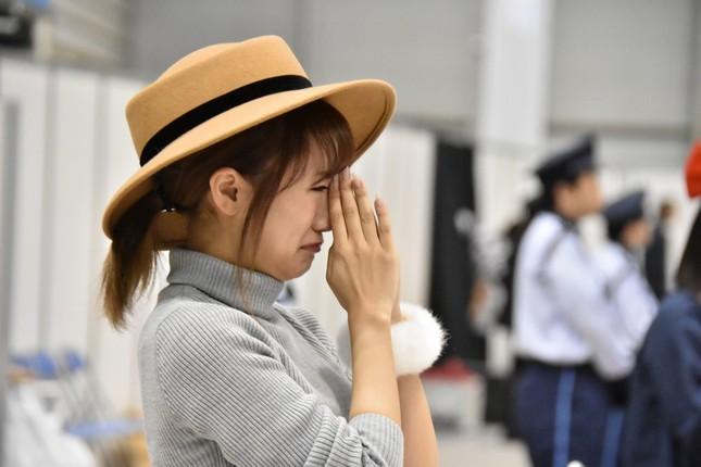 新曲のセンターポジション発表で涙を流す高橋みなみさん (C)AKS