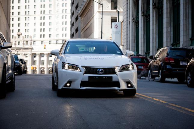 SF映画のような自働運転車が5年後には実用化するのか(画像は高度運転支援システム「オートメイテッド・ハイウェイ・ドライビング・アシスト(AHDA)」を導入したレクサス。トヨタ自動車のホームページから)