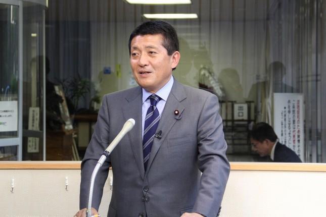 2016年参院選に向けた公募制度を発表する自民党の平井卓也選対副委員長