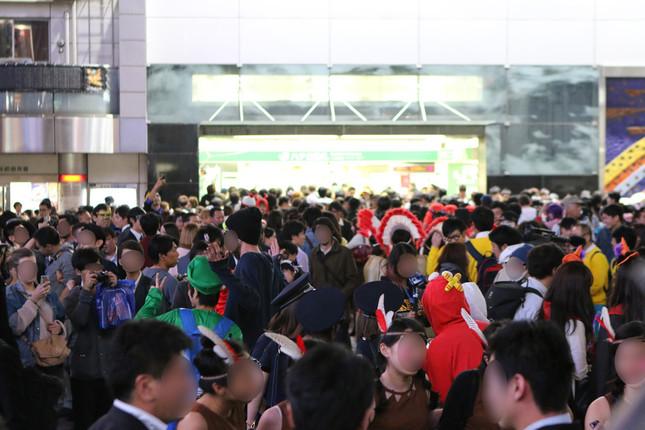 人、人、人……で埋まった渋谷駅前