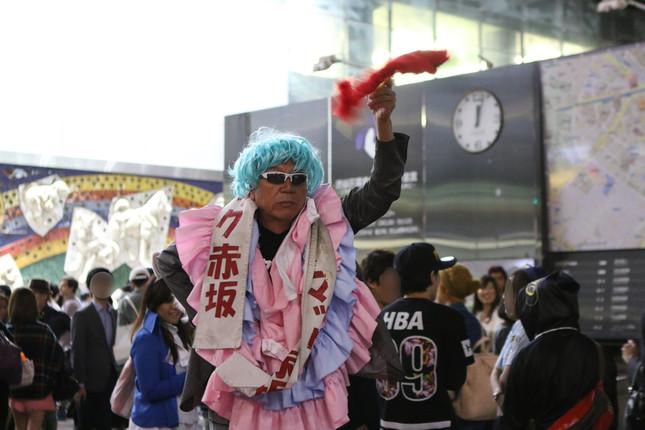 日付が変わる時間帯、広場で踊っていたのはマック赤坂さん。絡んでくる若者にも愛想よく対応していた