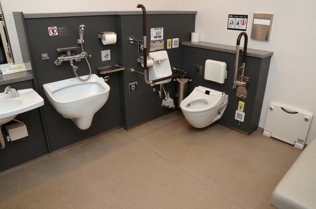 ゆったりしたスペースの多機能トイレ