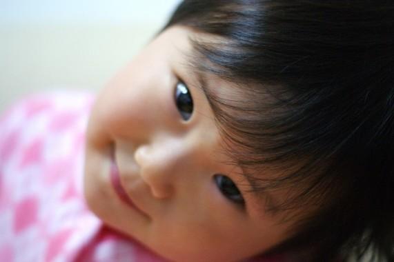 子どもはいくつから大人の顔を読み始めるのか