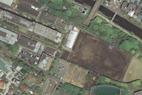 慶大矢上キャンパスのグラウンドの真下には新幹線のトンネル(写真中央)が通っている(国土地理院撮影の空中写真(2007年撮影)をJ-CASTニュース編集部で加工)