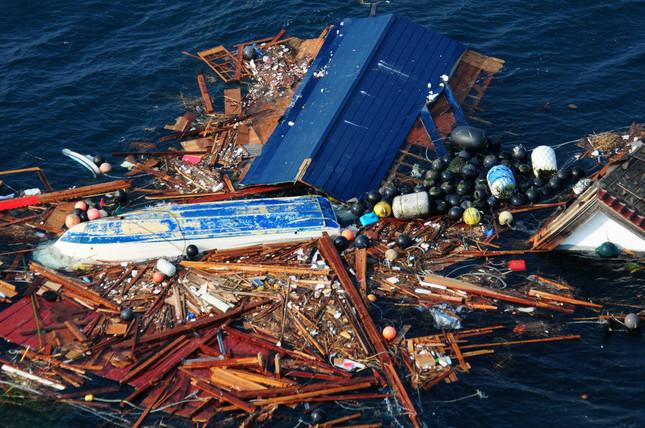 震災で海に流された漂流物。そのうちの1つにバンが乗っていた(提供:U.S. Navy/アフロ)