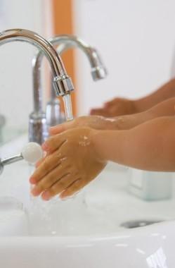 ノロウイルス対策には「手をよくこすり、汚れを洗い流すことが大切」という