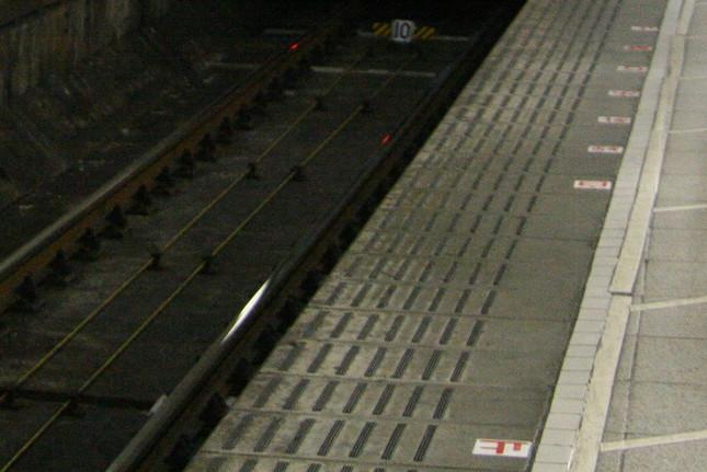 ホームから線路に向けて嘔吐しているときに電車と接触する事例も多い(写真はイメージ)