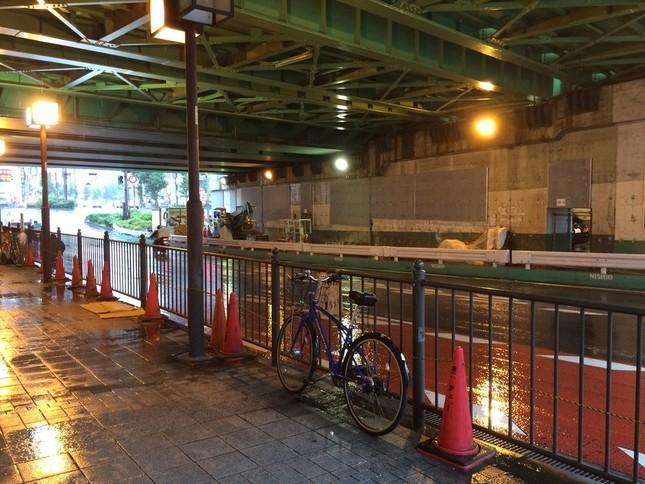 東京23区内にいるホームレスが過去最少だった(画像は新宿駅近くの高架下)