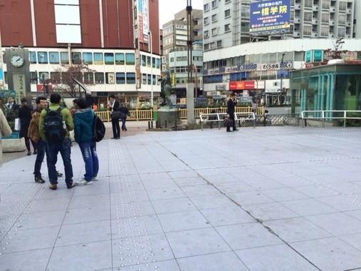 JR高田馬場駅横のロータリー。早大生たちが連日深夜まで盛り上がっている。