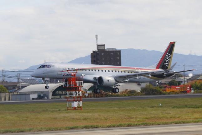 国産旅客機としては53年ぶりに初飛行に成功したMRJ(写真:河村好昭/アフロ)