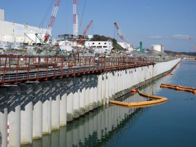 傾きが判明した海側遮水壁(東京電力提供)
