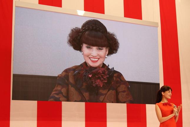 最大の「サプライズ」は黒柳徹子さんの総合司会起用だった。手前右は紅組司会の綾瀬はるかさん