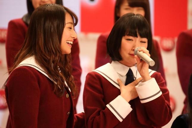 乃木坂46は初出場を果たした。涙を流しながら意気込みを語る生駒里奈さん(右)を桜井玲香さん(左)が励ましている