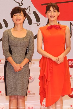 総合司会の有働由美子アナウンサー(左)と紅組司会の綾瀬はるかさん(右)