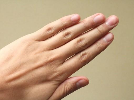指を鳴らすたびに関節内でピカピカ光っている