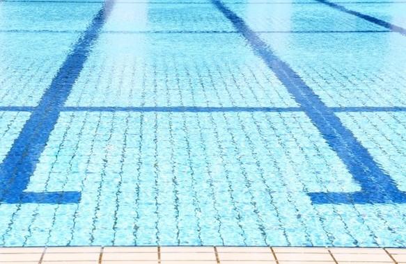 プールの中で、足を一歩一歩大きく踏み出して歩こう