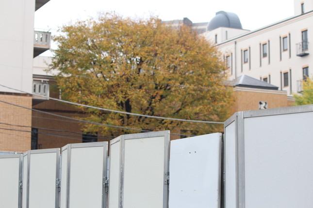 新スタジオ建設予定地のすぐ隣に女子学院校舎(2015年12月3日撮影)